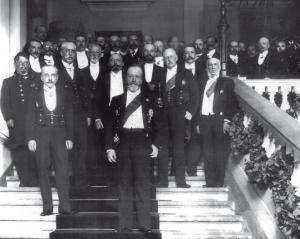 Участники торжеств по случаю 500-летия основания Государственного банка. На переднем плане — министр финансов В.Н. Коковцов, слева — управляющий Государственным банком А.В. Коншин. Фото 1910 года. Снимок сделан на парадной лестнице банка в С.-Петербурге