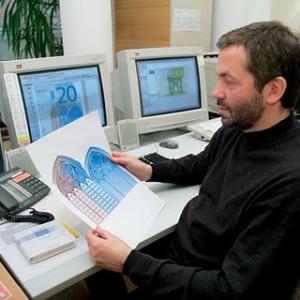 Роберт Калина демонстрирует эскизы Евро