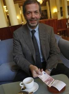 Роберт Калина держит в руках купюру собственной работы
